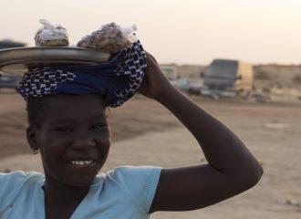 Niña vendedora de maní Nioro du Sahel Malí pablocaminante