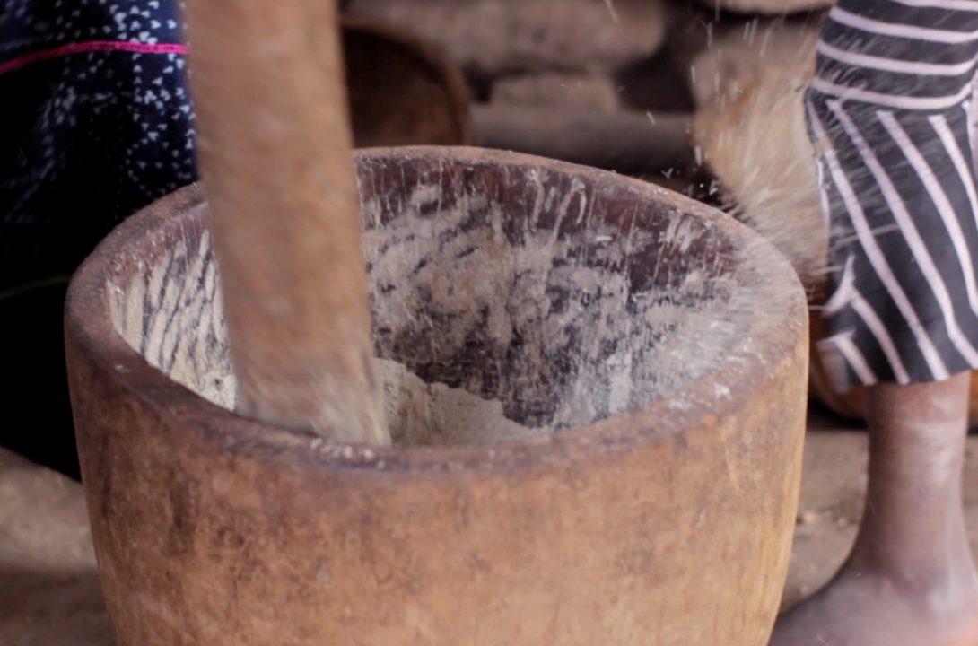 moliendo mijo djiguibombo pablocaminante bandido cine 1090x720 - Malí 5, País Dogon II: Djiguibombó