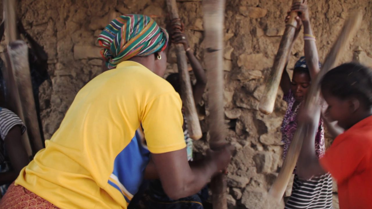moliendo mijo mujeres dogon pablocaminante 1280x720 - Malí 5, País Dogon II: Djiguibombó