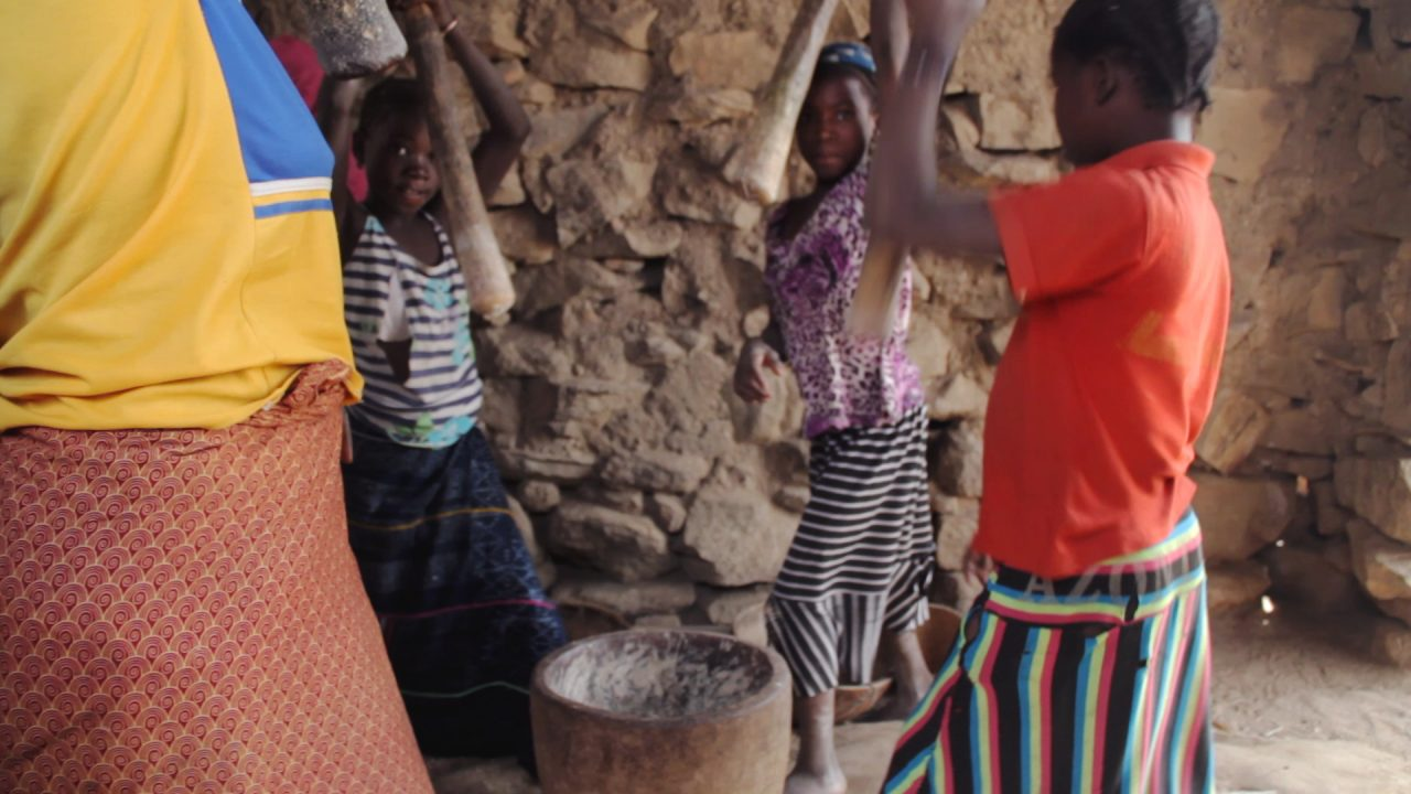 mujeres moliendo mijo pablocaminante 1280x720 - Malí 5, País Dogon II: Djiguibombó