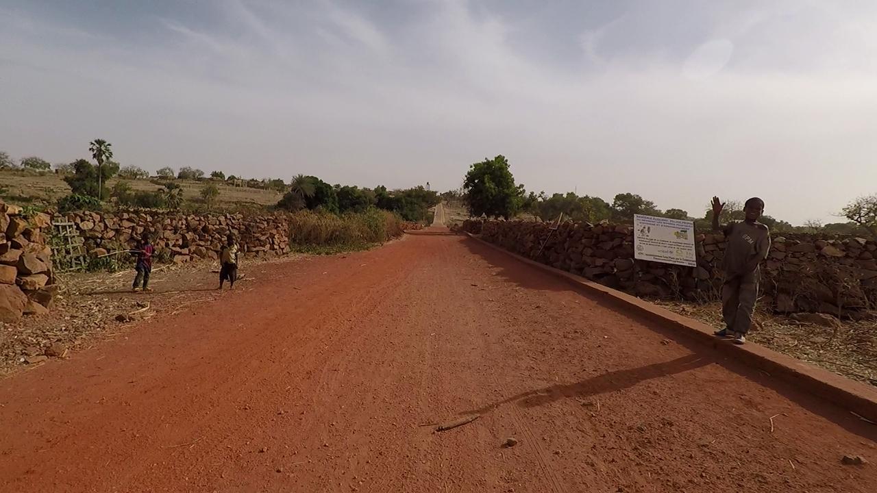 nino saluda djiguibombo mali pablocaminante - Malí 4, País Dogon I: Ogossogou