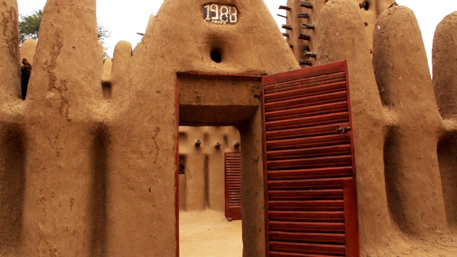 entrada mezquita kanikombole pablocaminante - Malí 6, País Dogon III: Falla de Bandiagara
