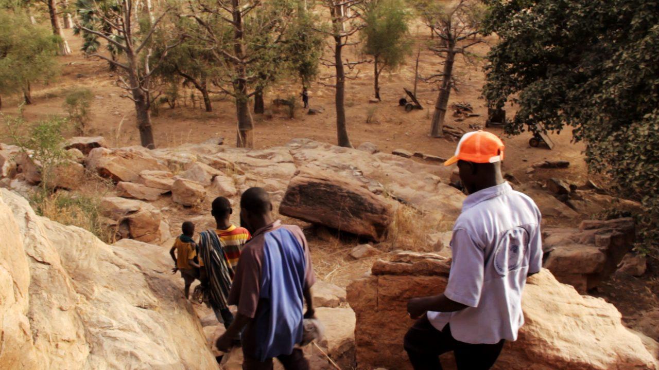 bajando falaise bandiagara pablocaminante 1280x720 - Malí 6, País Dogon III: Falla de Bandiagara