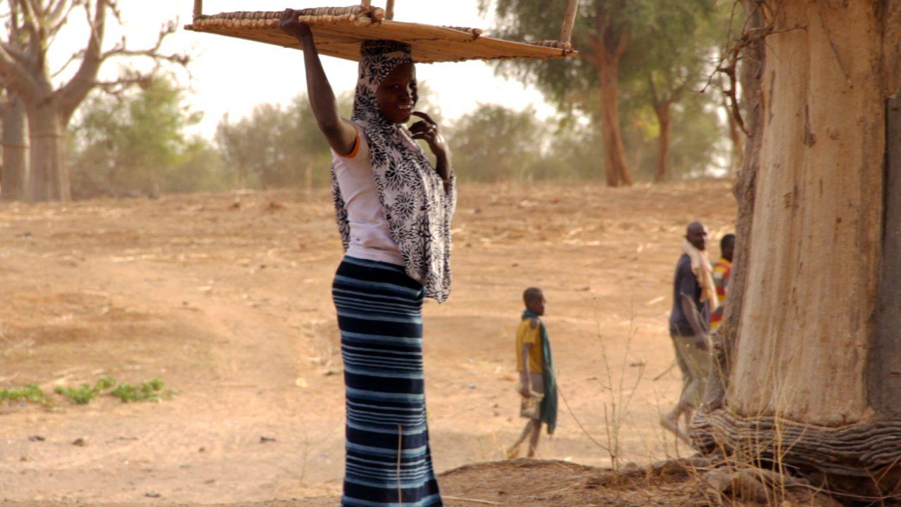 chica cargando mesa mali pablocaminante 1280x720 - Malí 6, País Dogon III: Falla de Bandiagara