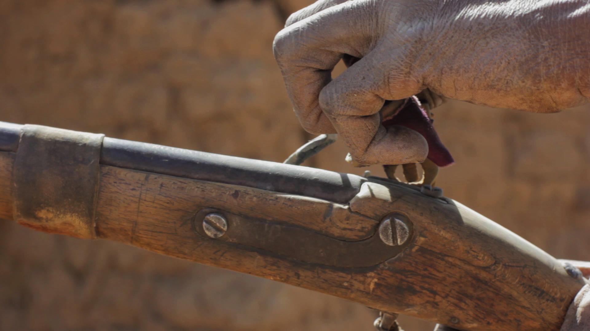 fusil cazador dogon pablocaminante - Malí 8, País Dogon V: moda, arte y religión