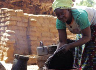 mujer fabricacion bogolan dogon pablocaminante 330x240 - Malí 8, País Dogon V: moda, arte y religión